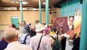 سياح أجانب يزورون حسينية جماران