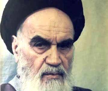 السيد الإمام الخميني انسه بالقرآن الكريم ويوليه أهمية خاصة رغم كثرة المشاغل
