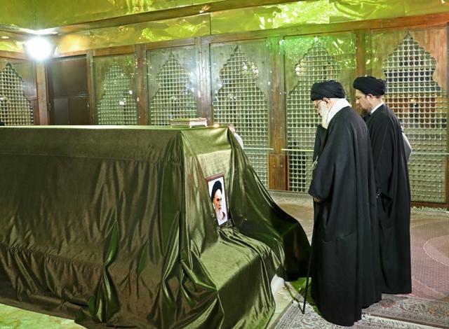قائد الثورة الاسلامية يزور مرقد الامام الخميني و الشهداء