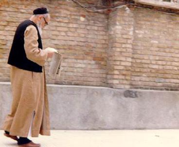 Imam Khomeini used to read newspaper regularly